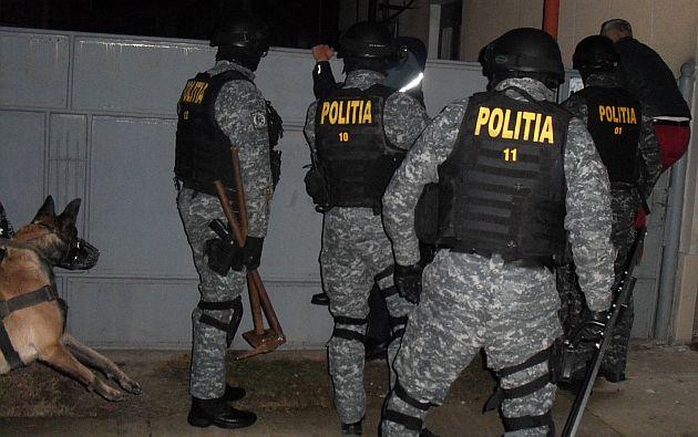 Locuințe ale unor traficanți de țigări scotocite cu mascații