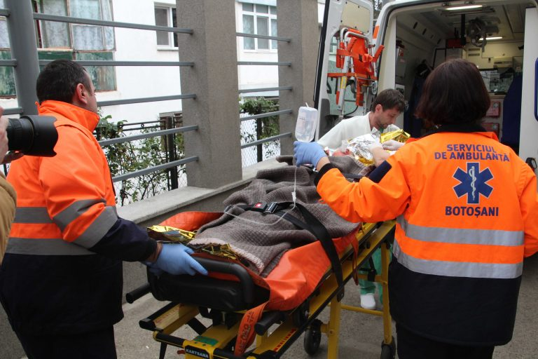 Copil lovit în plin de un autoturism de teren după o traversare nepermisă