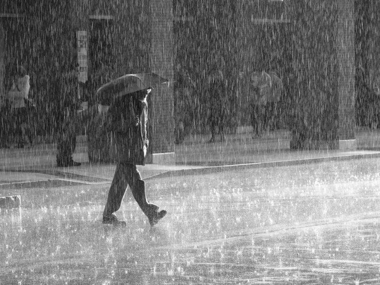 Românii pot scăpa de taxa pe apa de ploaie prin hotărâre de Consiliu Local