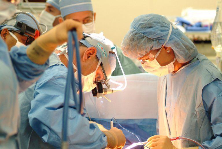 Femei desfigurate după operații estetice la mall sau coafor