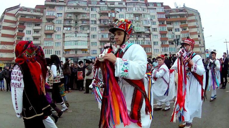 Paradă de datini şi obiceiuri de iarnă pe străzile municipiului