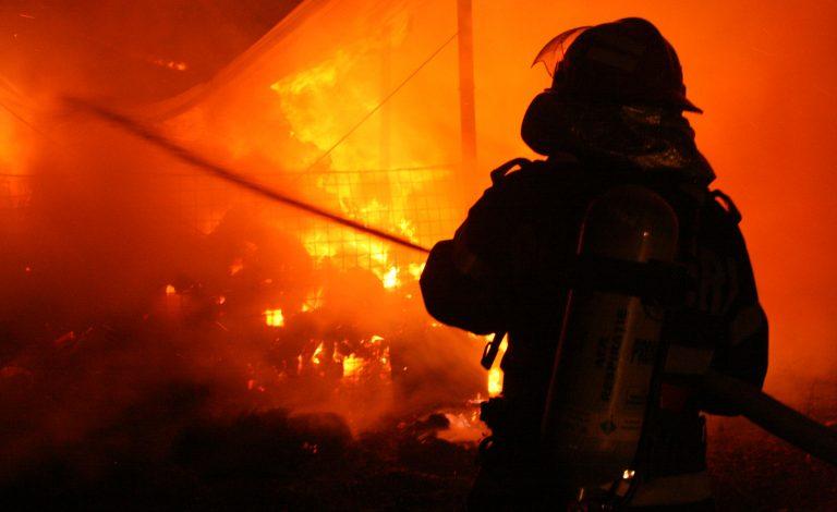Incendiu masiv în Prahova, la o societate care fabrică produse din ţiţei. Două victime în stare gravă