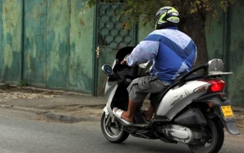 Acuzat de două infracţiuni, după o plimbare cu mopedul