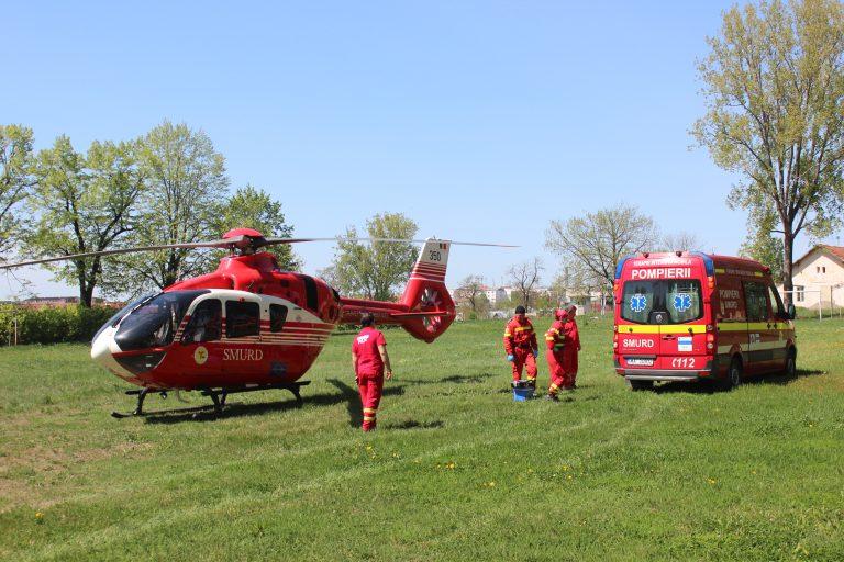 Tânăr căzut de pe o scară trimis cu elicopterul la Iaşi (video)