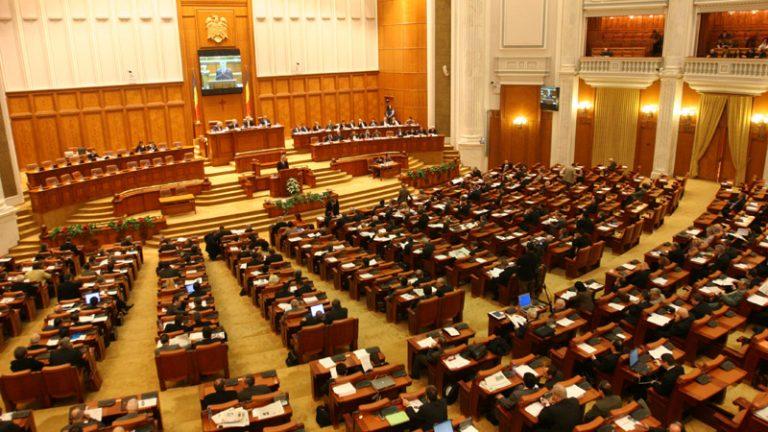 Camera Deputaților A VOTAT: vârsta de pensionare se REDUCE pentru aceste categorii de angajați