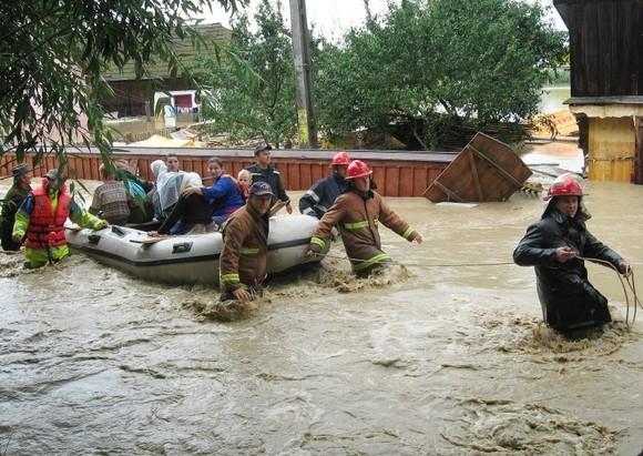 Oameni evacuaţi din calea apelor