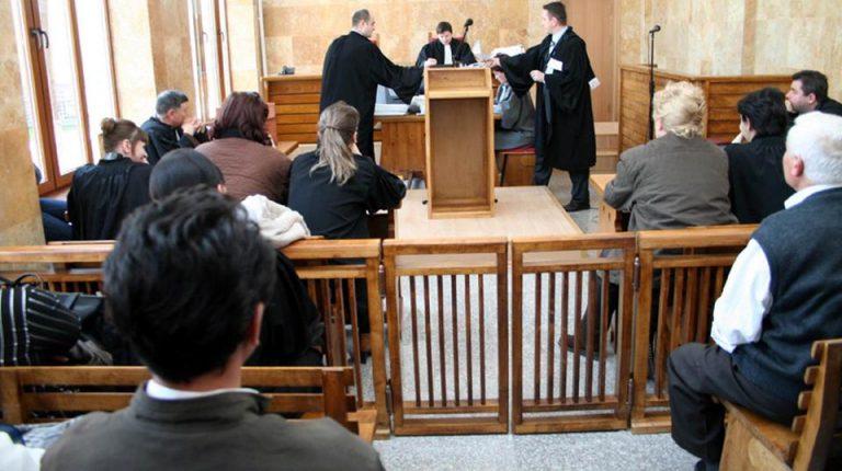 Elev judecat după ce a pipăit o colegă