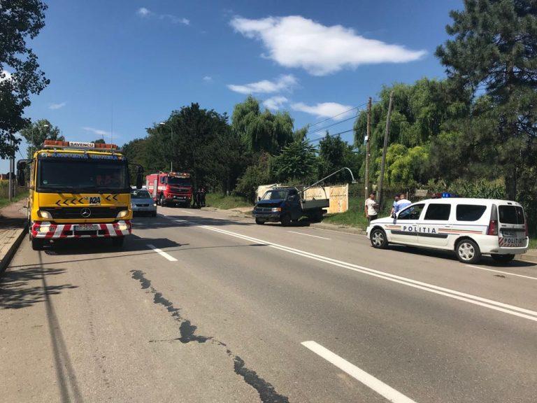 Stâlp rupt de o camionetă în marginea oraşului