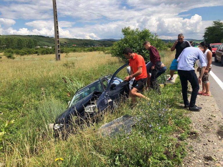 Mașină distrusă după un accident la beție. Șoferul era aproape de comă alcoolică
