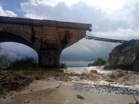 Cinci drumuri naţionale rămân blocate din cauza inundaţiilor. Traficul feroviar, afectat în trei judeţe