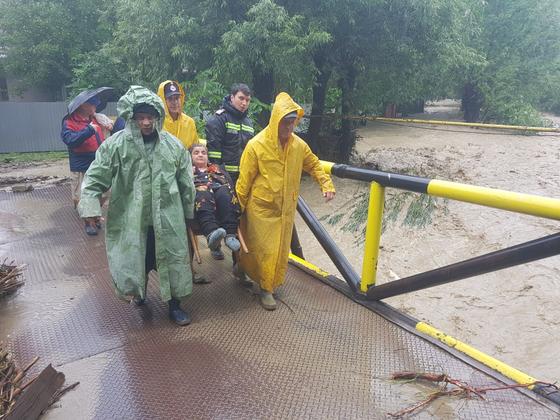 Râul Bistriţa s-a revărsat. Aproximativ 70 de persoane, EVACUATE din case