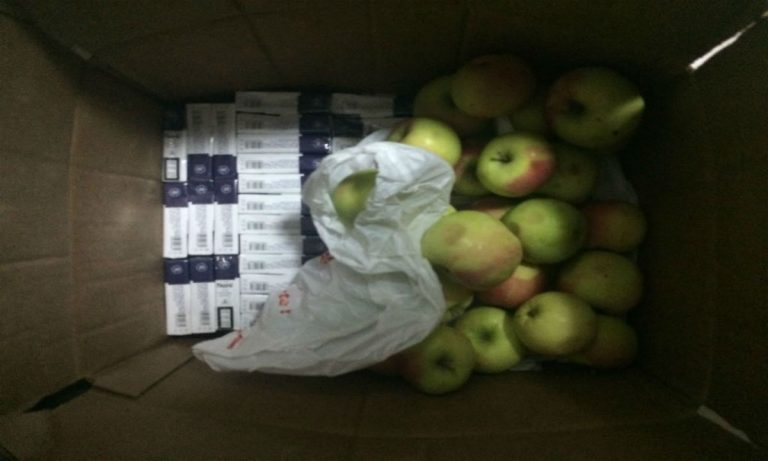 """Țigări """"cu gust de mere"""" descoperite de vameși"""