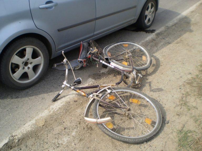 Biciclist beat aruncat pe asfalt