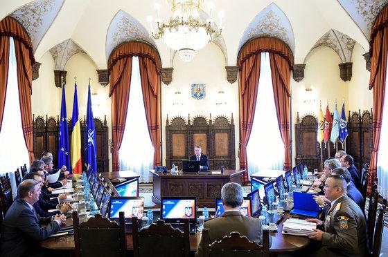 CONSULTĂRI la Cotroceni, în lipsa şefului statului. Iohannis şi-a trimis consilierii să discute cu MINIŞTRII