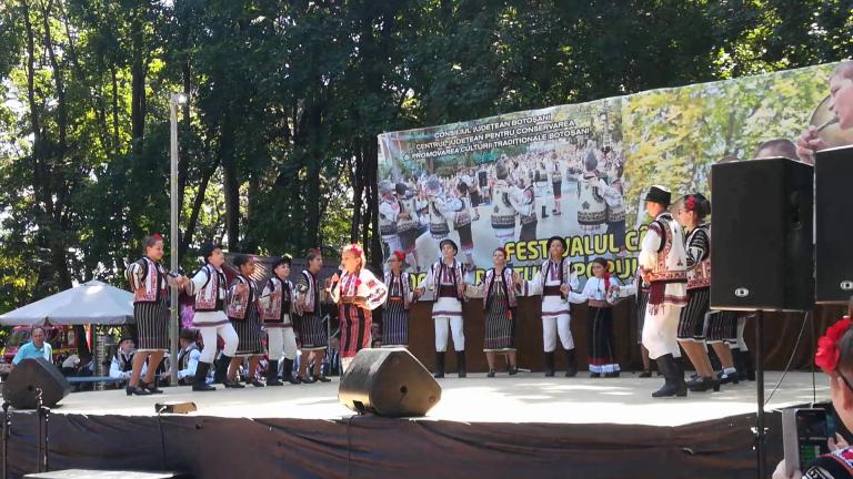 O micuţă artistă din Truşeşti i-a încântat pe spectatori la Festivalul Cântecului, Jocului şi Portului Popular.