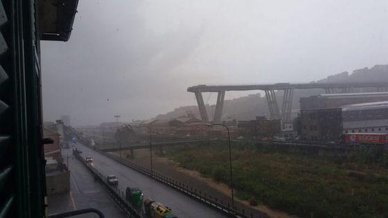 Un român a murit după prăbuşirea unui segment suspendat de autostradă în Italia/ Bilanţul a ajuns la cel puţin 38 de morţi