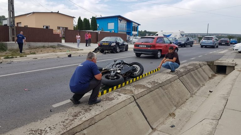 Motociclist rănit grav de un șofer neatent (video impact)