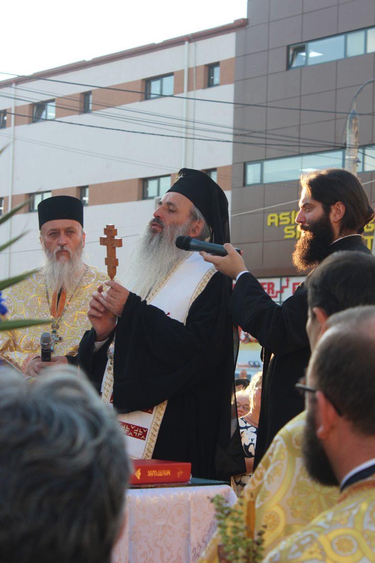 """ÎPS Teofan va sfinţi Biserica """"Naşterea Maicii Domnului"""", din satul Buzeni"""