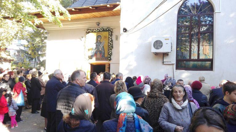Sute de credincioşi la Biserica Sfanta Cuvioasă Parascheva