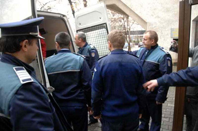 Băgat în arest, după peripeţii la volan cu o maşină furată
