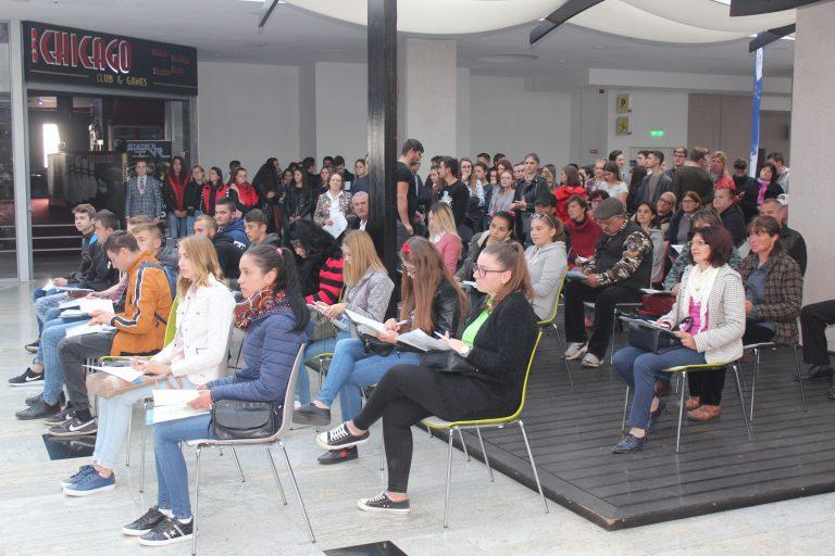 Sute de tineri au venit să îşi caute un loc de muncă la Bursa locurilor de muncă