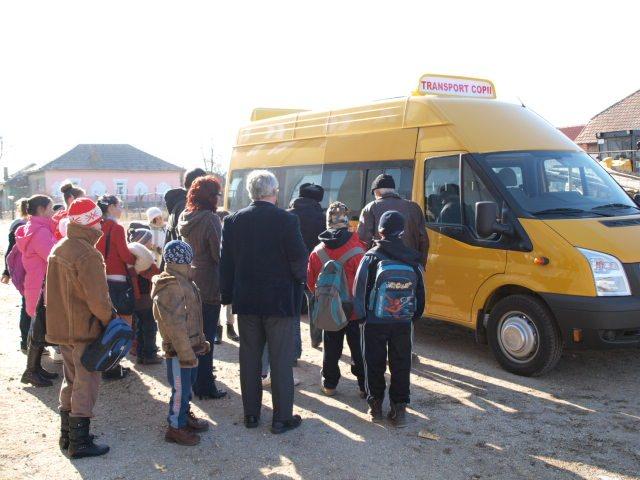 Microbuzele școlare vechi împânzesc județul. Elevi duși la ore cu vechituri