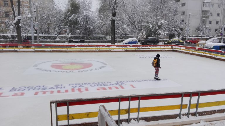 Patinoarul de la Sala Polivalentă a fost deschis pentru iubitorii mişcării pe gheaţă