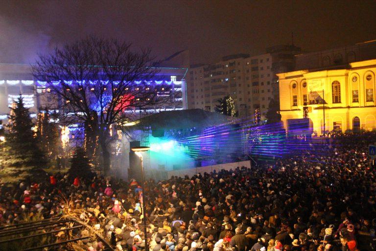 Revelion în stradă cu muzică şi artificii