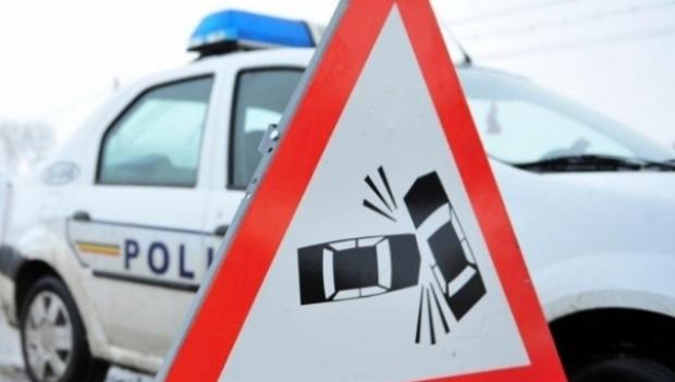 Anchetat pentru două infracțiuni după ce s-a izbit cu mașina într-un stâlp