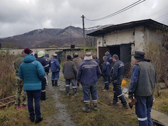 Sute de mineri protestează la Complexul Energetic Hunedoara. Cei blocați în subteran amenință cu greva foamei