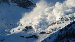 Turişti surprinşi de avalansă în Munţii Călimani. O persoană a decedat