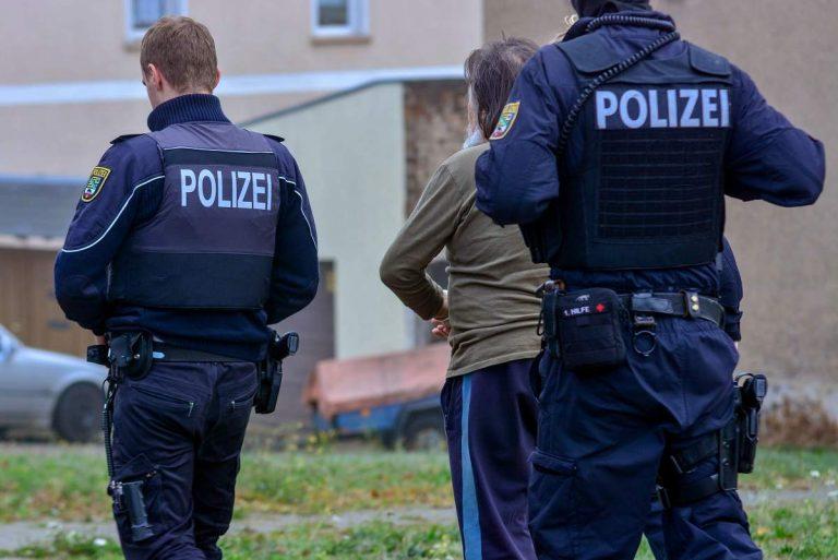 Dorohoian adus în țară în cătușe, după o fraudă de peste 30.000 de euro