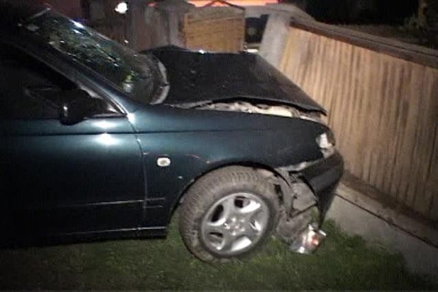 Lecție ilegală de șoferie la beție terminată în gardul unei locuințe