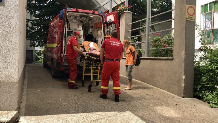 Fetiţă rănită de o uşă metalică (video)