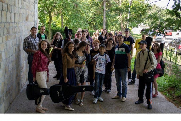 """""""Omagiu lui Eminescu"""", spectacol – concurs organizat de Asociaţia Judeţeană a Profesorilor de Limba şi Literatura Română"""