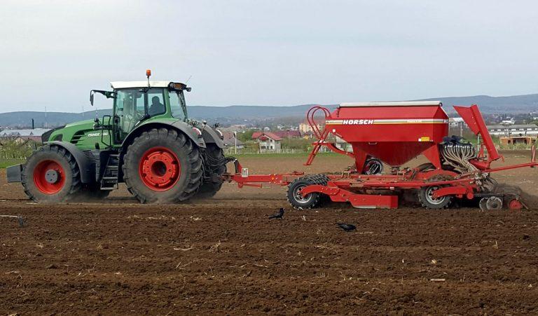 Fermierii nu au oprit munca la câmp