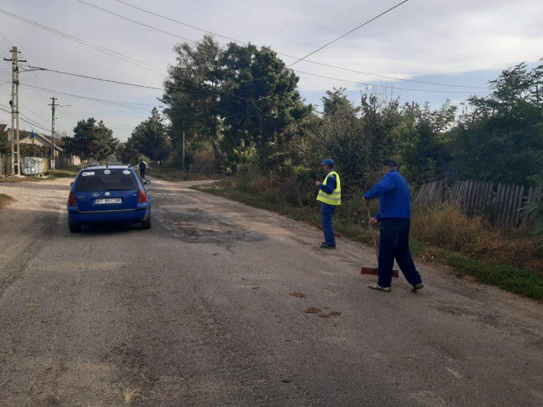 Angajații Primăriei Trușești puși să măture gropile din drumul strategic (video)