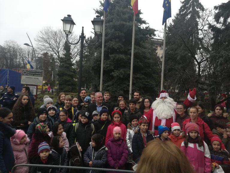Sute de copii au primit daruri de la Moş Crăciun (video)