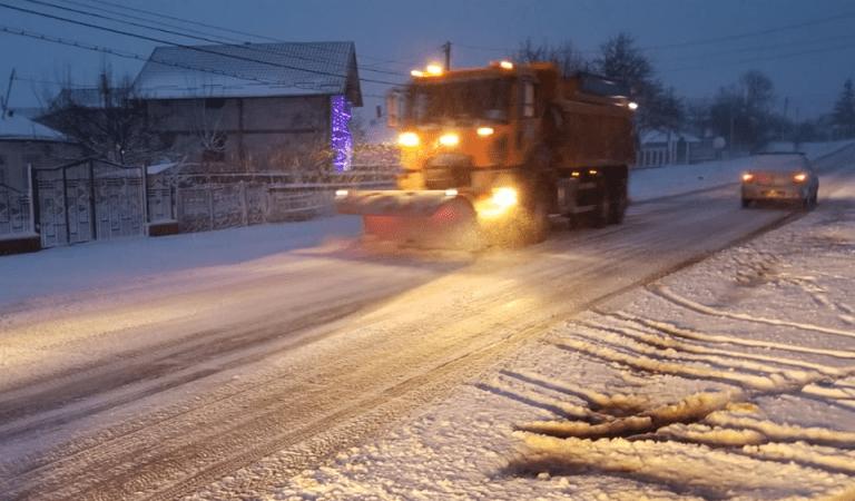 Atenție, șoferi! Asfalt umed și zăpadă frământată pe toate drumurile din județ