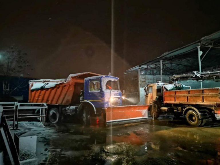 Iarna şi-a intrat în drepturi – Utilajele şi muncitorii Urban Serv acţionează în municipiul reşedinţă de judeţ