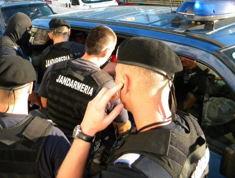 Plasatoare de țigări de contrabandă prinsă cu marfa în mașină