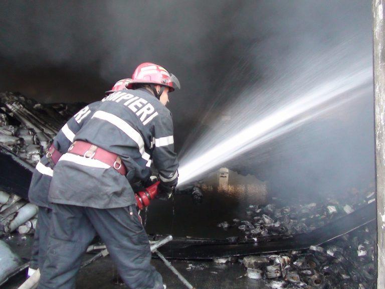 Zeci de intervenții ale pompierilor botoșăneni. Locuințe amenințate de flăcări