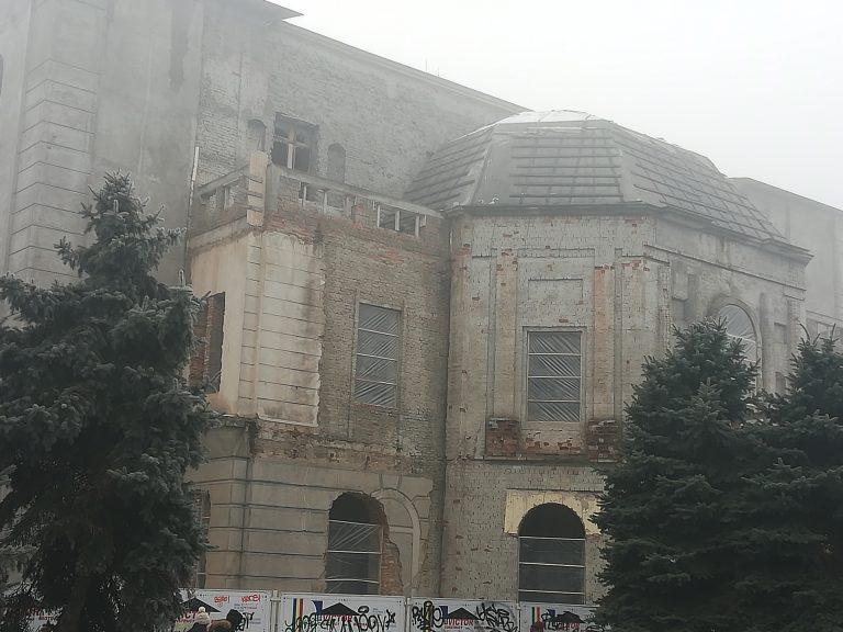 """Teatrul """"Mihai Eminescu"""", încă o iarnă cu folie în geamuri"""