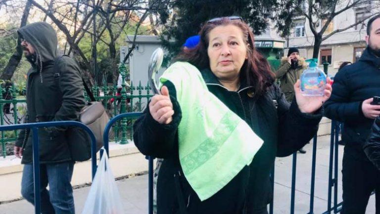 Protest cu ligheane în fața Primăriei Capitalei
