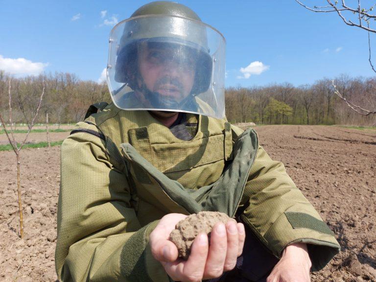 Grenadă defensivă descoperită în grădina unui localnic din Guranda