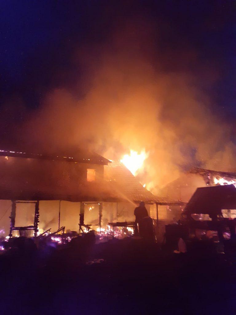 Nenorocire înainte de Paște! Incendiu uriaș într-o gospodărie din județ