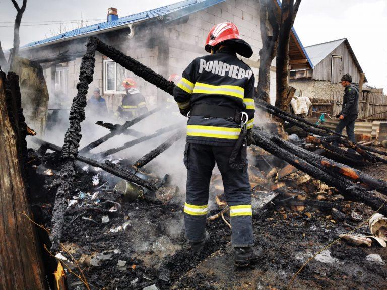 Gospodărie amenințată de flăcări, după un scurtcircuit