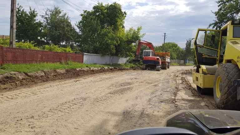 CJ promite asfalt proaspăt și modernizări pe zeci de kilometri de drumuri județene (video)