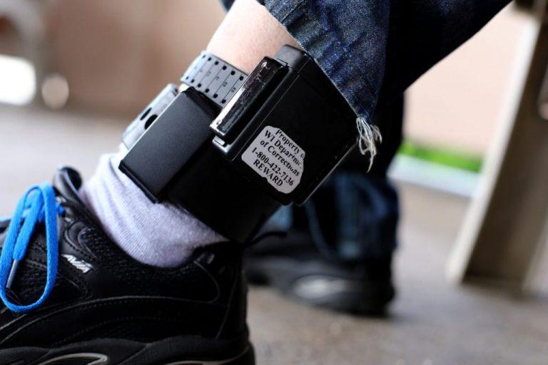Agresorii sub control judiciar sau aflați în arest la domiciliu vor putea fi supravegheați prin brățări electronice – legea a fost promulgată