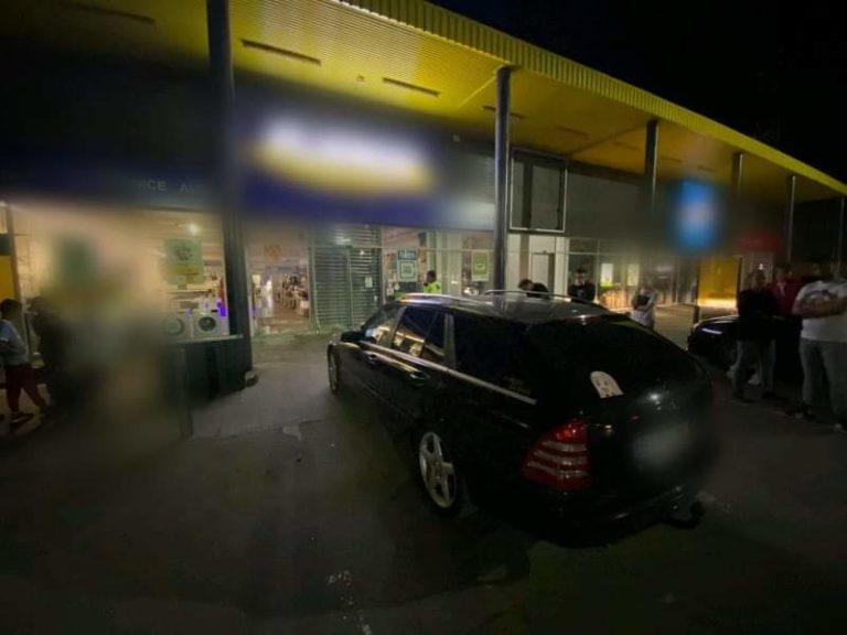 Un tânăr fără permis a intrat cu mașina într-un magazin de electrocasnice